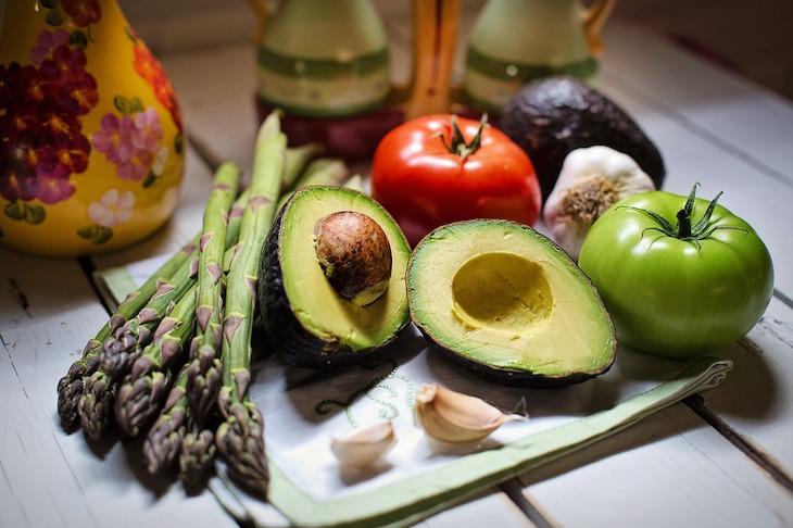 Vegetais: espargos e abacate © Pixabay