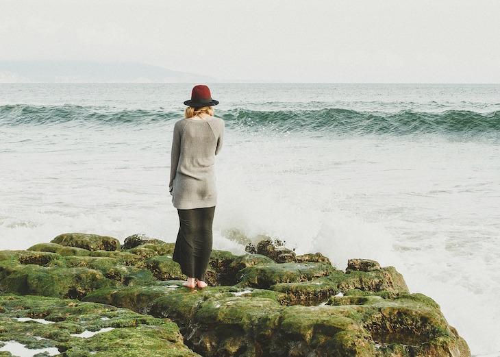 Mulher junto ao mar