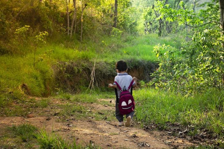 Criança com mochila © Pixabay